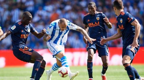 סנדרו רמירס מוקף בשחקני ולנסיה (La Liga)