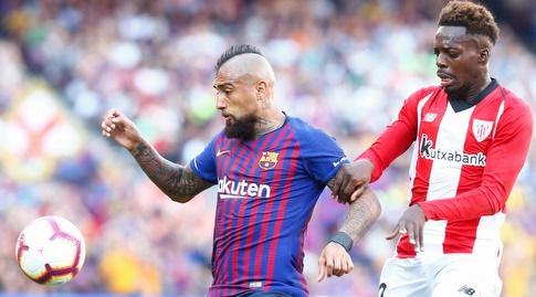 איניאקי וויליאמס מנסה לקחת מארתורו וידאל את הכדור (La Liga)