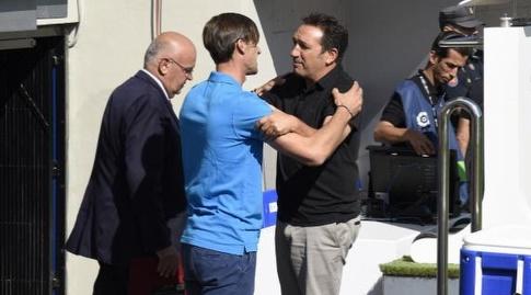 אוסביו סקריסטאן ולאו פרנקו מתחבקים לפני תחילת המשחק (La Liga)