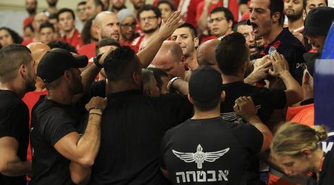 אוהדי הפועל ירושלים בעימות עם כוחות האבטחה (איתי כהן)
