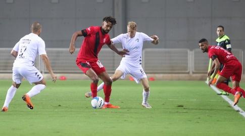 קווין טאפוקו וסמואל בראון במאבק על הכדור (אחמד מוררה)