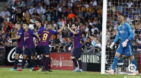שחקני ברצלונה חוגגים עם מסי (La Liga)