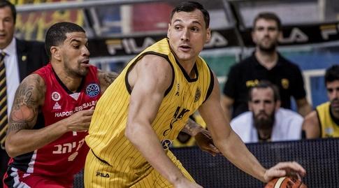 ג'יימס פלדיין שומר על יונאס מאצ'יוליס (FIBA) (מערכת ONE)