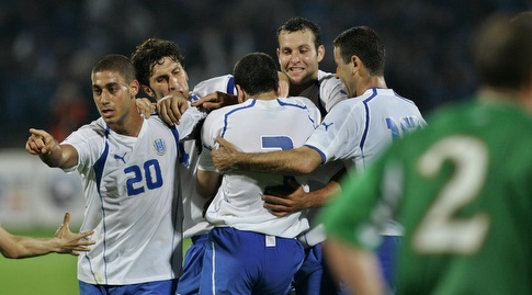 שחקני נבחרת ישראל חוגגים עם סואן מול אירלנד (רויטרס)