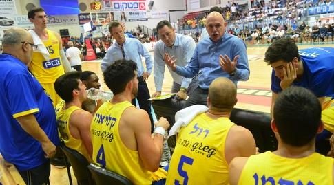 נבן ספאחיה מתדרך את שחקני מכבי תל אביב (צילום: סאן מדיה)