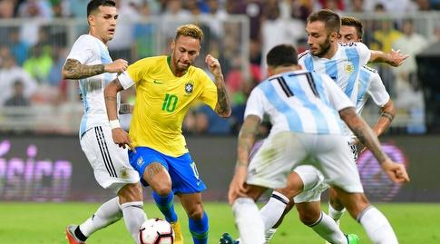 ניימאר בין שחקני ארגנטינה (רויטרס)