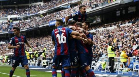 שחקני לבאנטה חוגגים בברנבאו במחזור האחרון (La Liga)