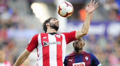 ראול גארסיה מנסה להשתלט על הכדור (La Liga)