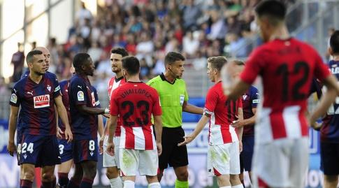 השופט חיל מנסאנו מנסה להרגיע את המהומה (La Liga)