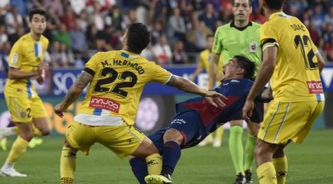 מריו הרמוסו נאבק על הכדור (La Liga)