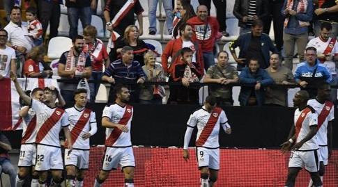שחקני ראיו חוגגים עם חוסה אנחל פוצו (La Liga)