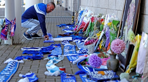 אוהד מניח פרחים ליד אצטדיון קינג פאוור (רויטרס)