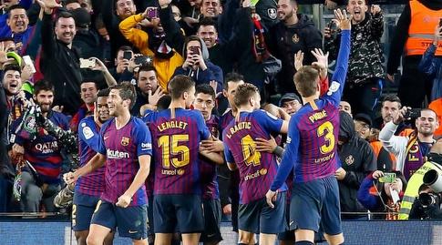 שחקני ברצלונה חוגגים. אלגרי סימן אותם כפייבוריטים (La Liga)