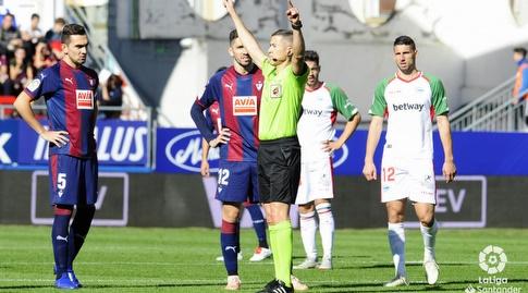 שחקני אייבר מתווכחים עם השופט (La Liga)