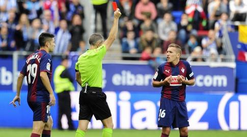 פאבלו דה בלאסיס רואה את הכרטיס האדום (La Liga)