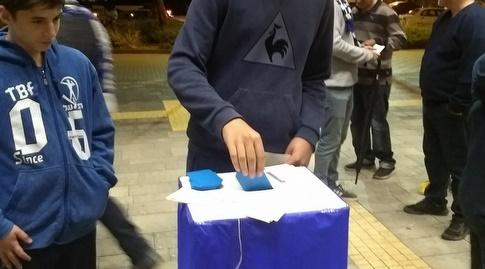 """ברוח הבחירות. אוהדי פ""""ת מצביעים לבעלות העמותה בקבוצה (באדיבות עמותת הכחולה)"""