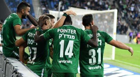 שחקני מכבי חיפה חוגגים (עמרי שטיין)