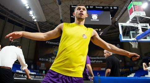 רועי הובר במהלך החימום (FIBA)