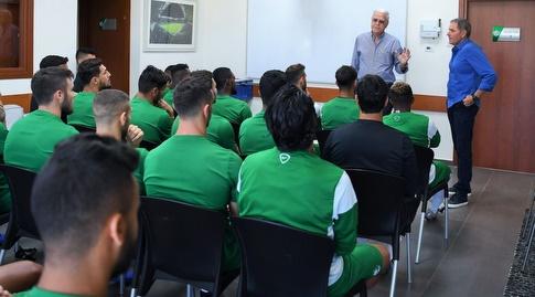אלי גוטמן מוצג בפני השחקנים (האתר הרשמי של מכבי חיפה)