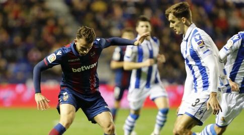 דייגו יורנטה מנסה לחלץ את הכדור (La Liga)