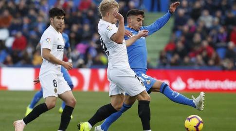 מאורו ארמבארי נלחם על הכדור (La Liga)