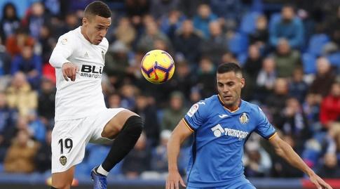 רודריגו מורנו מנסה להשתלט על הכדור (La Liga)