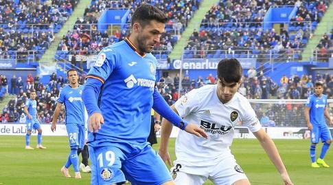 חורחה מולינה מנסה לשמור על הכדור מול קרלוס סולר (La Liga)