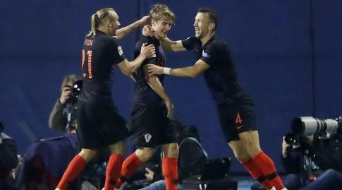 שחקני נבחרת קרואטיה חוגגים. טרפו את הקלפים בבית (רויטרס)