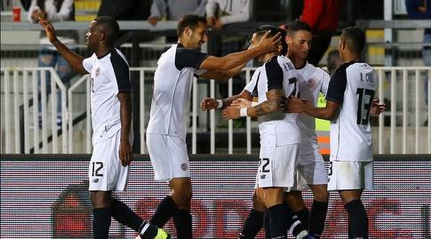 שחקני קוסטה ריקה חוגגים את שער הניצחון מול צ'ילה (רויטרס)