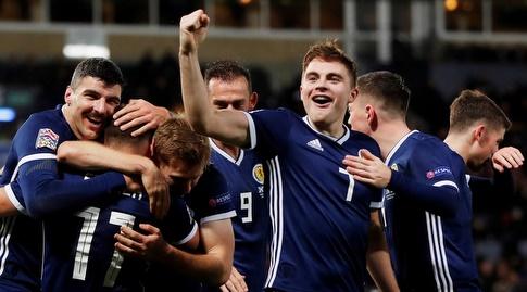 שחקני סקוטלנד חוגגים (רויטרס)