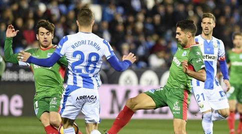 רודרי טארין ואיבאי גומס במאבק על הכדור (La Liga)