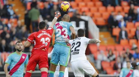 סטולה דימטרייבסקי מאגרף את הכדור (La Liga)