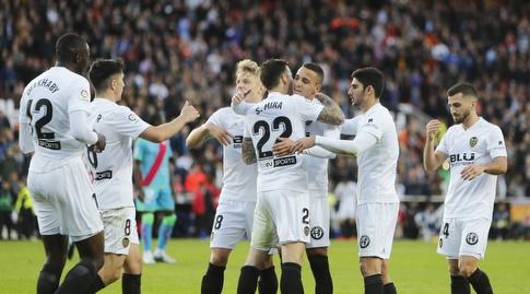 שחקני ולנסיה חוגגים עם סאנטי מינה (La Liga)