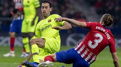 פיליפה לואיס וסרחיו בוסקטס נלחמים על הכדור (La Liga)