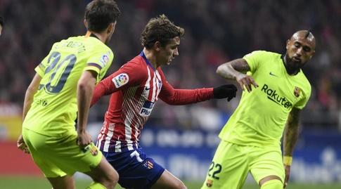 אנטואן גריזמן עם הכדור בין ארתורו וידאל לסרג'י רוברטו (La Liga)