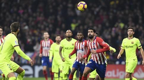 דייגו קוסטה מנסה להגיע לכדור (La Liga)