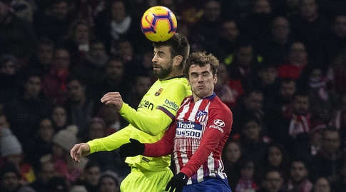 אנטואן גריזמן וג'רארד פיקה מנסים לנגוח בכדור (La Liga)