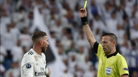 אוראל גרינפלד שולף כרטיס צהוב לסרחיו ראמוס (רויטרס)