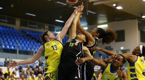 מאבק על כדור בגבהים (צילום:צילום: לירון מולדובן, באדיבות מהלת ליגת העל לנשים בכדורסל)