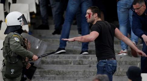 אוהד אייאקס פצוע מול שוטר (רויטרס)
