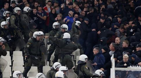 השוטרים היוונים ביציע אוהדי אייאקס (רויטרס)