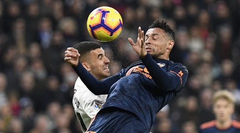 פרנסיס קוקלן עולה לכדור מול דניאל סבאיוס (La Liga)