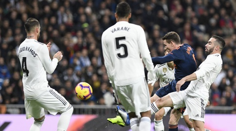הגנת ריאל מדריד שומרת על קווין גאמיירו (La Liga)