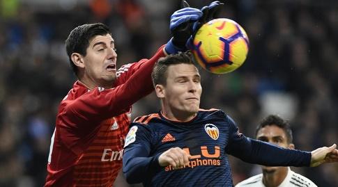 טיבו קורטואה מאגרף את הכדור מול קווין גאמיירו (La Liga)