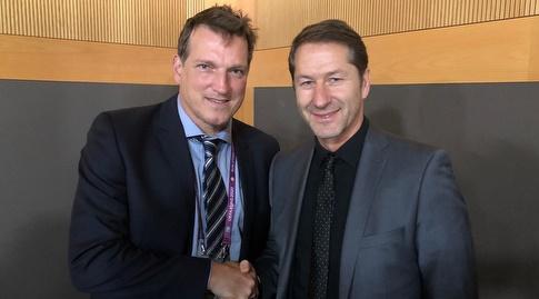 אנדי הרצוג ומאמן אוסטריה, פרנקו פודה (באדיבות ההתאחדות לכדורגל)