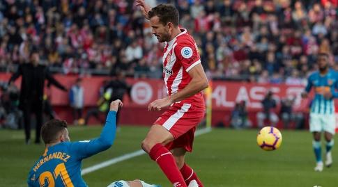 לוקאס הרננדס גולש אל כיוונו של כריסטיאן סטואני (La Liga)