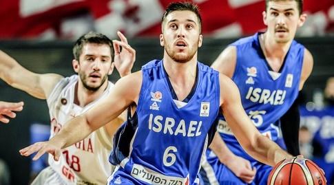 תמיר בלאט עם הכדור (FIBA)