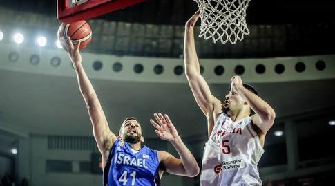 תומר גינת עולה לסל (FIBA)