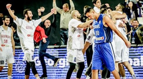 שחקני גיאורגיה חוגגים, נמרוד לוי מאוכזב (FIBA) (מערכת ONE)