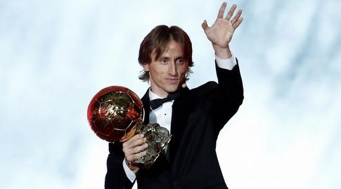 לוקה מודריץ' עם כדור הזהב (רויטרס)